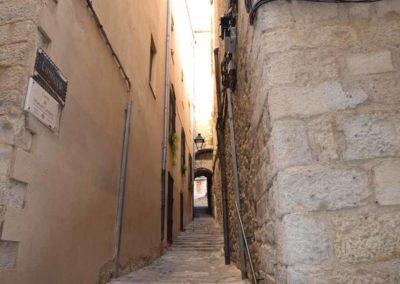 Calle estrecha en el centro de Girona para restaurante de comida tradicional en Girona donde comer bien
