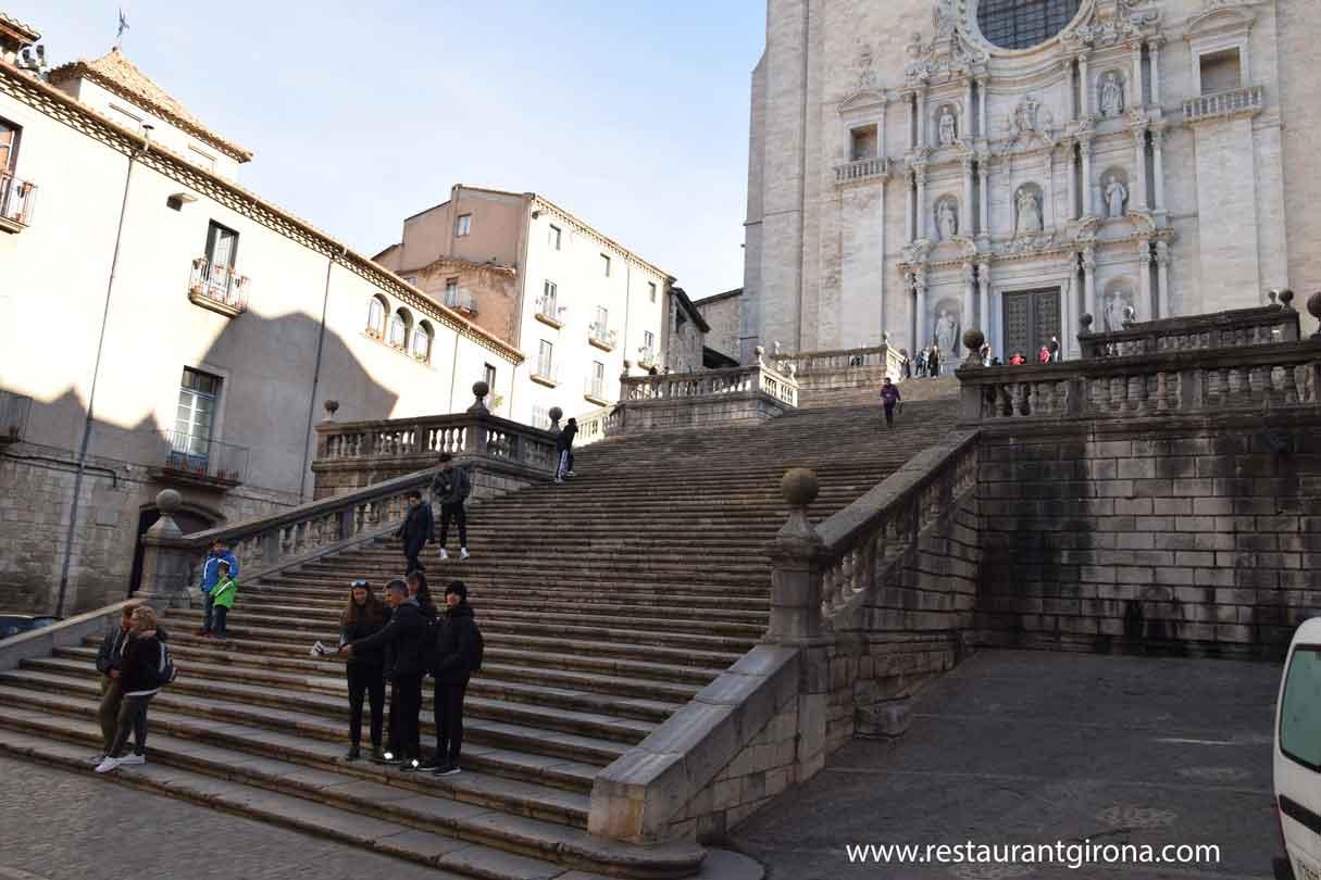escaleras de la catedral de girona foto para restaurant girona donde comer bien en el centro en pareja romántico o en grupo tranquilo