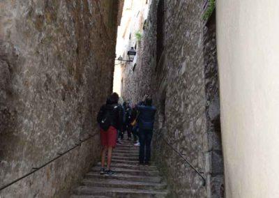 Escaleras en el centro de Girona para restaurante donde comer bien en el centro restaurant de menjar tradicional català