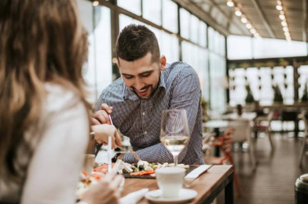 10 Excelentes ventajas de comer en el restaurante